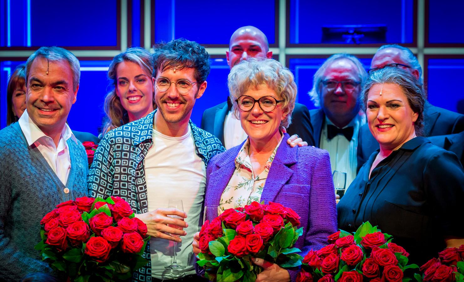 Simone Kleinsma en William Spaaij met de cast bij de première van Was Getekend, Annie M.G. Schmidt in het DeLaMar Theater.