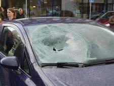 Fietser geschept door auto op Anton Pieckplein in Kaatsheuvel