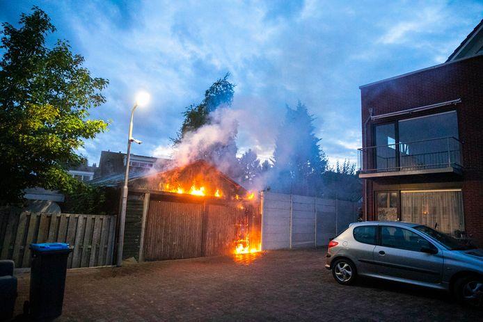 De vlammen sloegen letterlijk uit de schuur.