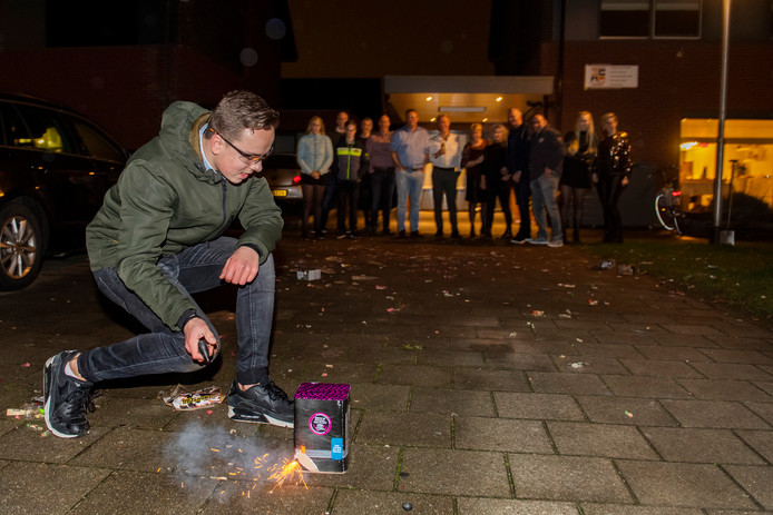 Tilburg bij de vorige jaarwisseling: toch vuurwerk in de vuurwerkvrije zone van de Manderveenstraat in de Reeshof.