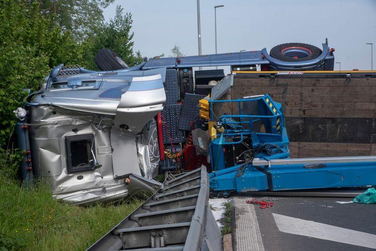 De chauffeur kon zichzelf bevrijden via het venstertje in het dak van zijn gecrashte vrachtwagen.