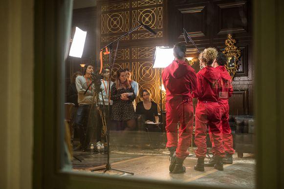 Ook voor een interview trekken de hoofdrolspelers hun bekende rode overalls aan.