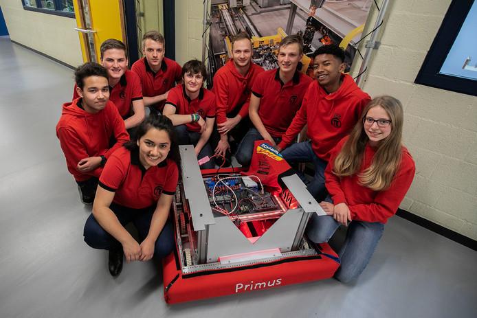 Negen leerlingen van het Heerbeeck College in Best mogen meedoen aan het WK Robotics in Detroit. Dat is een project samen met studenten van de Fontys in Eindhoven.