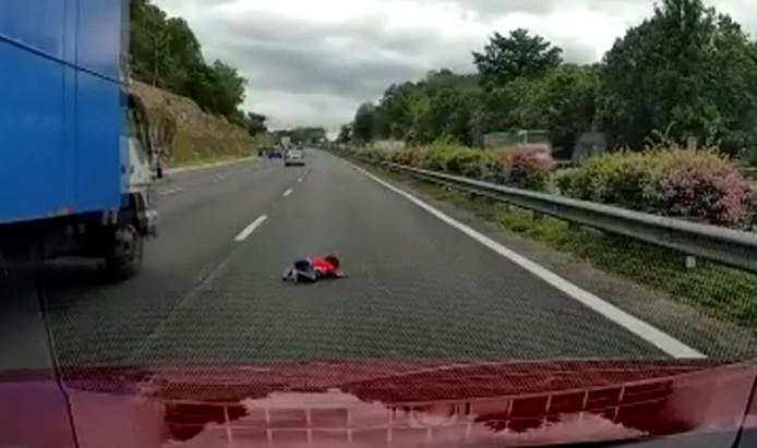 L'enfant a atterri en plein milieu de l'autoroute