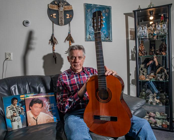 Joop Vogelenzang heeft de gitaar van wijlen Jack Jersey gekregen. De Apeldoorner twijfelt er niet aan dat de zanger dat zelf regelde, via gene zijde.