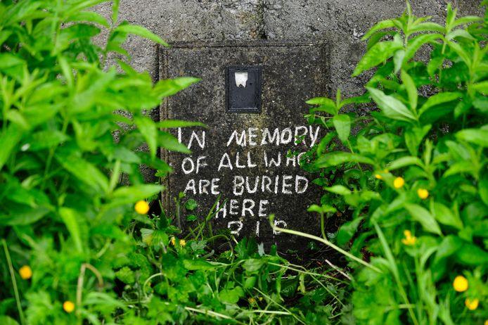 Een met verf aangebrachte persoonlijke boodschap bij een massagraf bij een tehuis in het westen van Ierland.