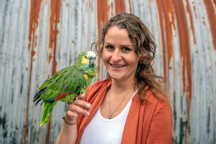 Haitske Elbes uit Milsbeek met haar papegaai Fladder.