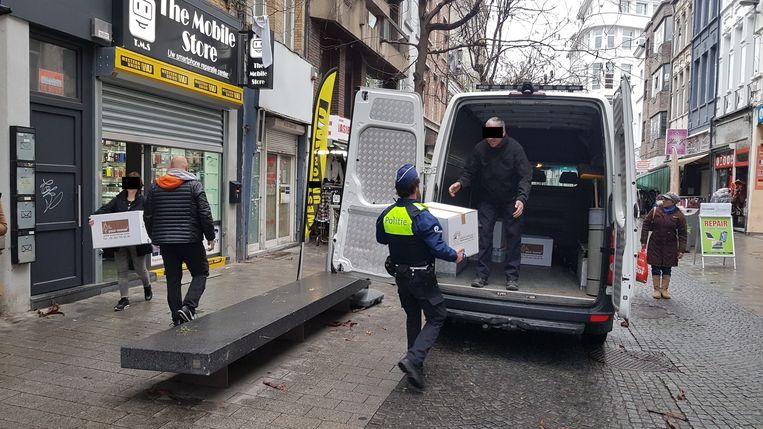 Speurders van het Kali-team laadden een voorraad smartphones en simkaarten in een bestelwagen van de politie.