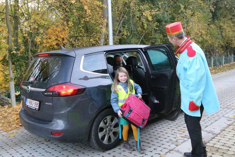 Portiers helpen de kinderen uitstappen