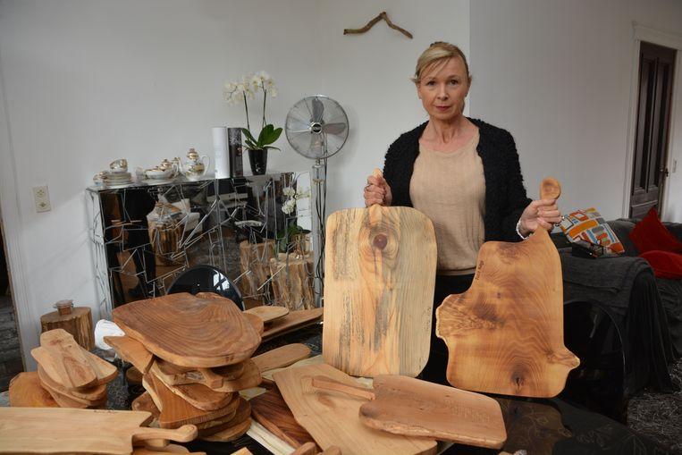 Patsy Delarue toont onder meer hoe ze haar snijplanken maakt.