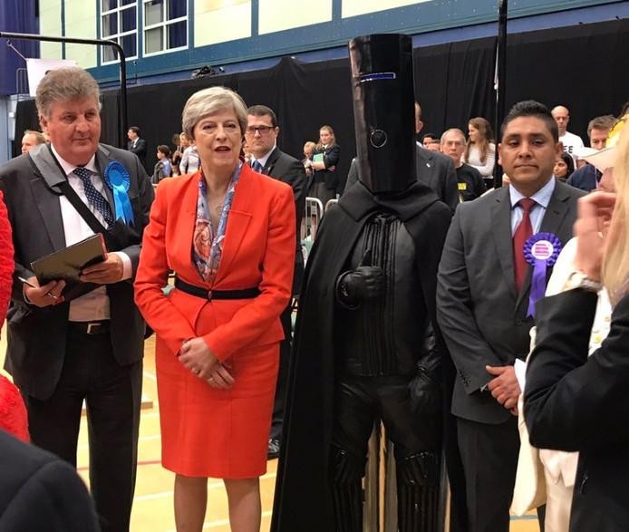 Lord Buckethead vannacht naast de Britse premier Theresa May in hun gezamenlijke kiesdistrict.