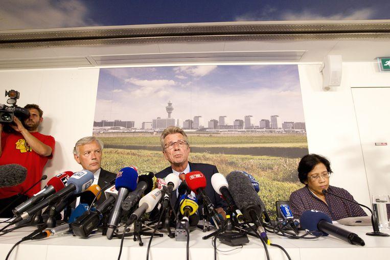 Huib Gorter (M), directeur van Malaysia Airlines Europa tijdens een persconferentie Beeld anp