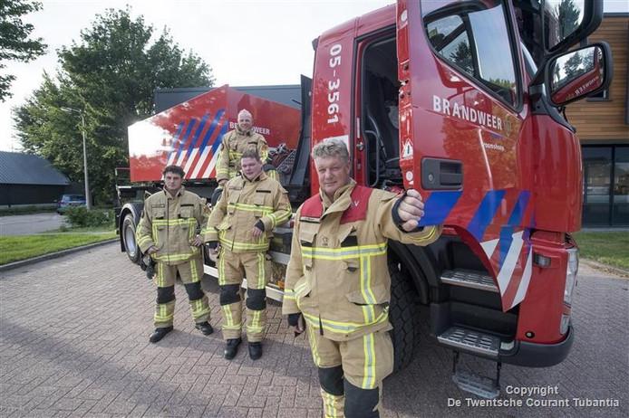 Jan Bosch (voor) poseert samen met chauffeurs Sander Kamphuis, Martijn Roberg en Michel Plaggenmars bij de tankwagen.