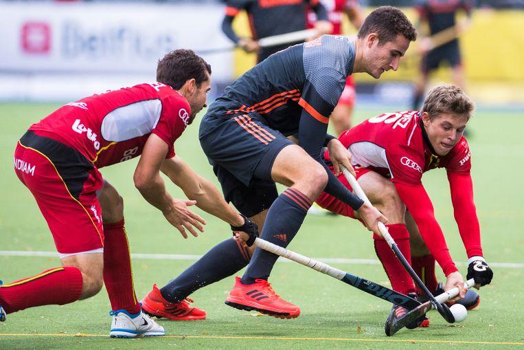 Jonas de Geus (NL) en de Belg Victor Wegnez vechten voor de bal tijdens de oefeninterland België - Nederland (3-4). Beeld BELGA