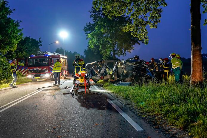 Een bestuurder is zaterdagavond zwaargewond geraakt toen hij tegen een boom reed op de Woudrichemseweg in Almkerk. Hij is met spoed naar het ziekenhuis gebracht, van de auto is nog weinig over.