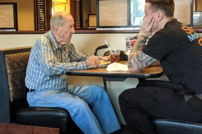 Jonge ober zet zich bij eenzame veteraan (91) en vertedert Facebook