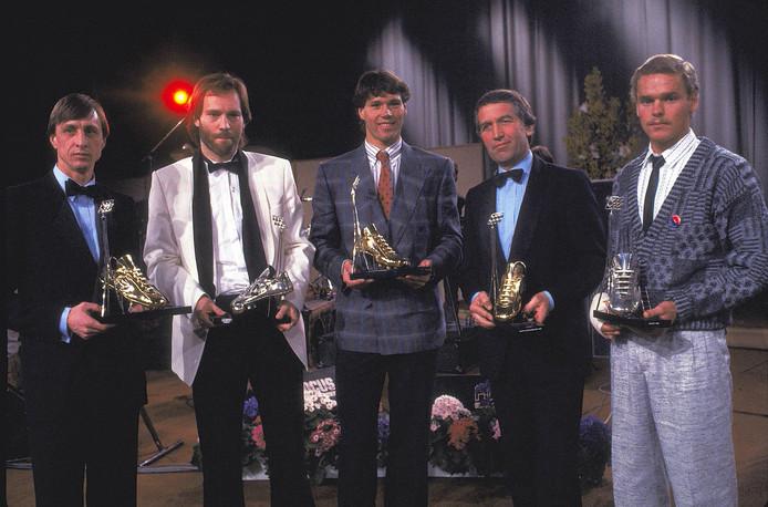 Johan Cruijff, Martin Jol, Marco van Basten, Bep Thomas en Frans van Rooij met hun prijzen in 1985.
