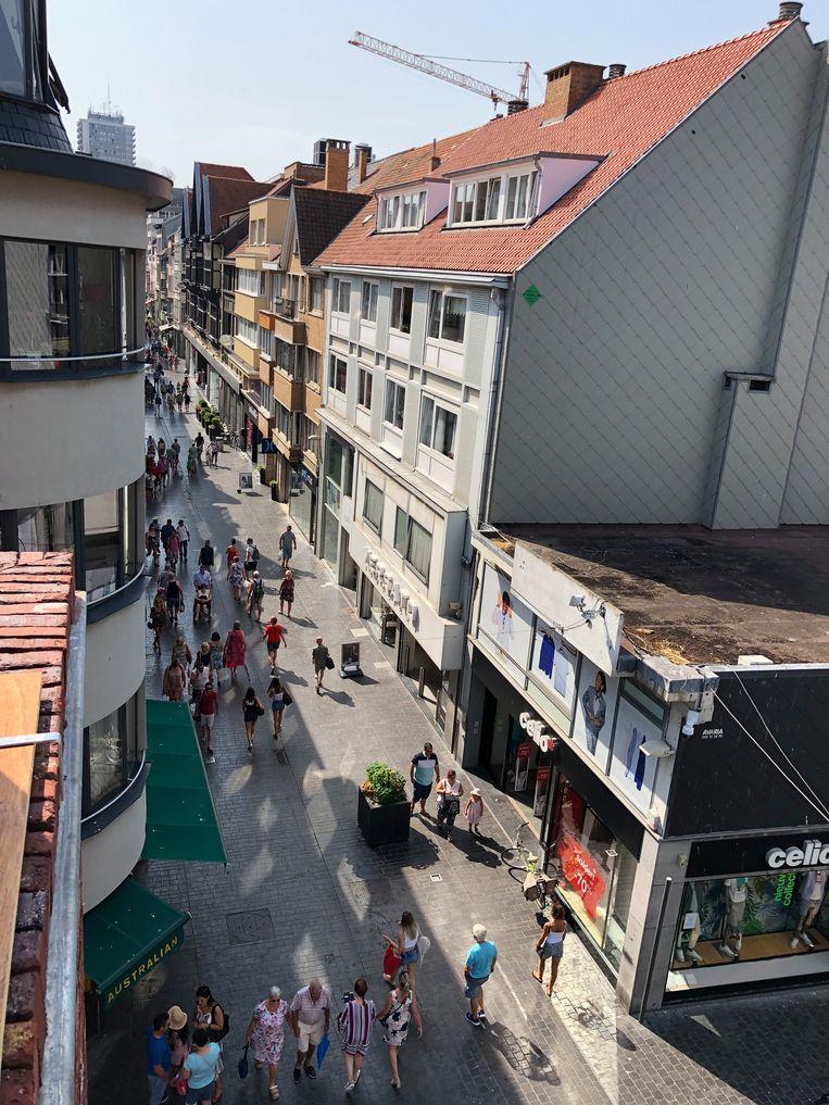 In de Kappellestraat liepen opvallend veel mensen in de schaduw vandaag.