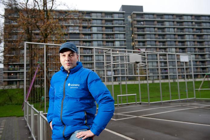 Gino Sergio, hier op de foto als jongerenwerker in Apeldoorn, is de nieuwe voorzitter van Futsal Apeldoorn.