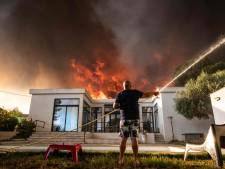 Franse campings bij Marseille ontruimd door felle bosbrand, toeristen verzameld op strand