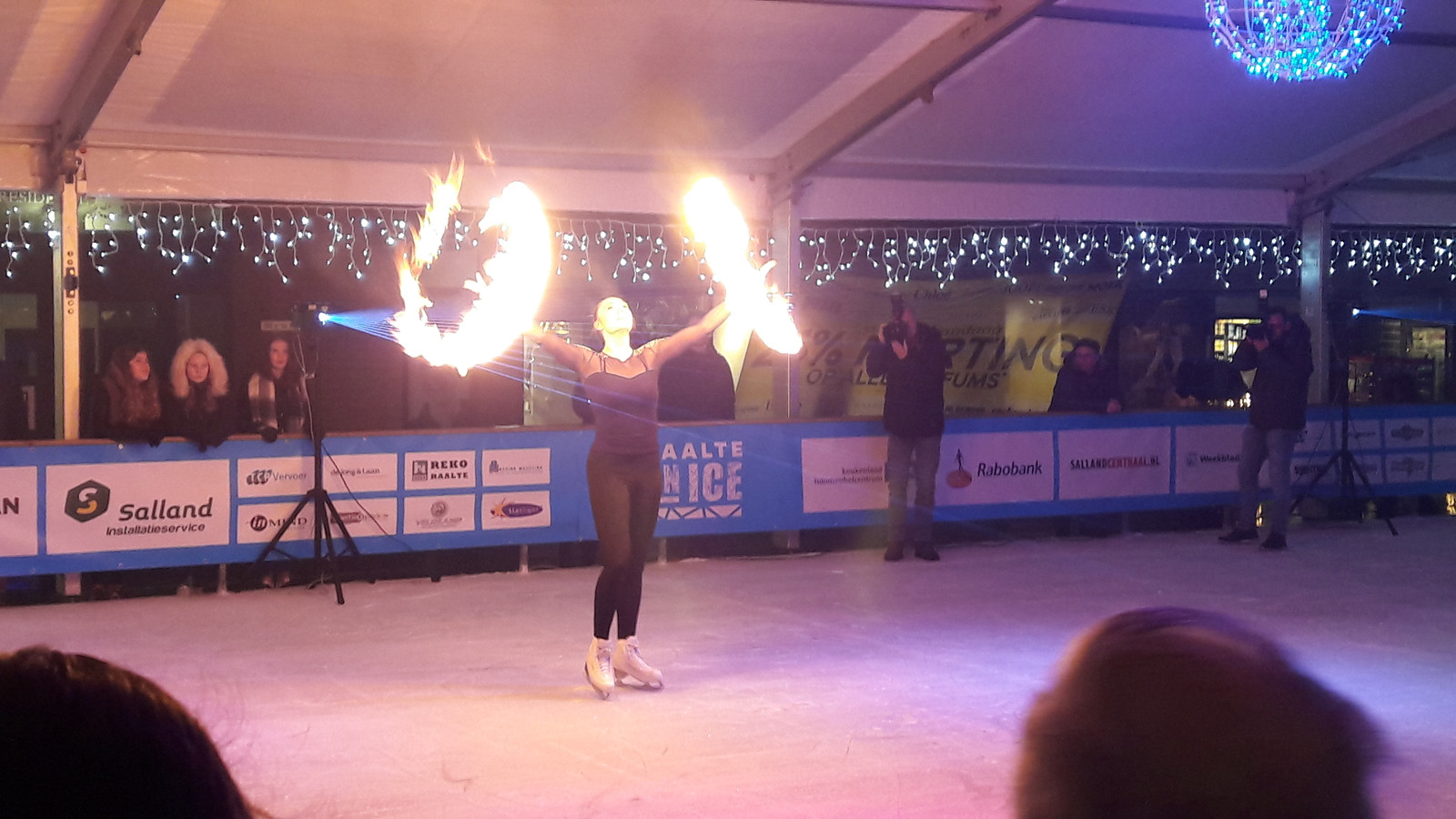 Kunstrijdster Sterre van der Gouw tijdens de openingsshow van Raalte On Ice