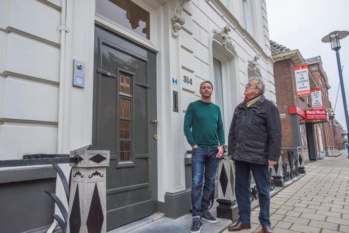 Voormalig bewoner Albert ter Berg (rechts) en Antoine Jolie koesteren elk hun eigen herinneringen aan Grotestraat 314. Het pand staat nu te koop.