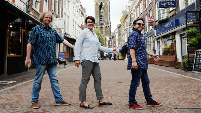 Jeroen van Veen (l), Malgosia Fiebig en Mike del Ferro doen een 'Beatlesoversteek' op de Zadelstraat in Utrecht.