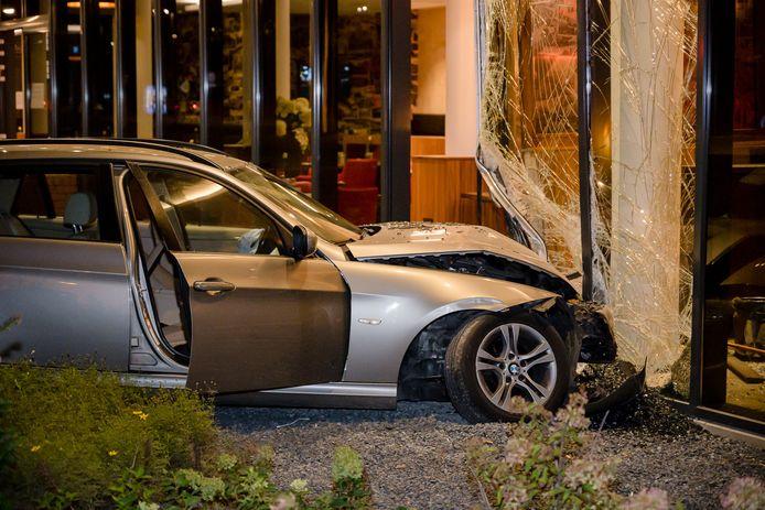 Afgelopen weekend reed een auto het Bastion Hotel in Tilburg binnen. De vermoedelijke bestuurster weigerde een bloedproef.