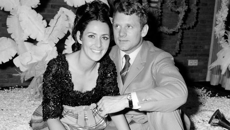 Schaatser Joan Haanappel en Jean-Jacques van Belle in het Hilton Hotel na de bekendmaking van hun verloving. Beeld anp