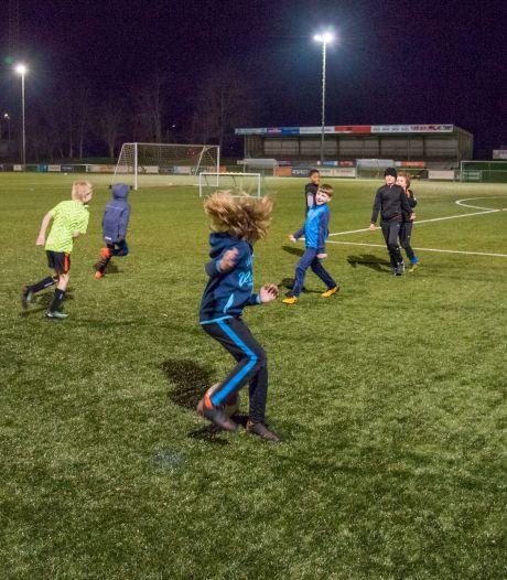Lastige trainingspuzzel voor voetbalclubs door avondklok: 'Als de jeugd maar blijft sporten'