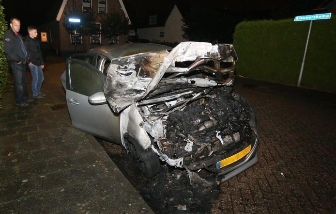 De auto is door de brand onherstelbaar vernield.