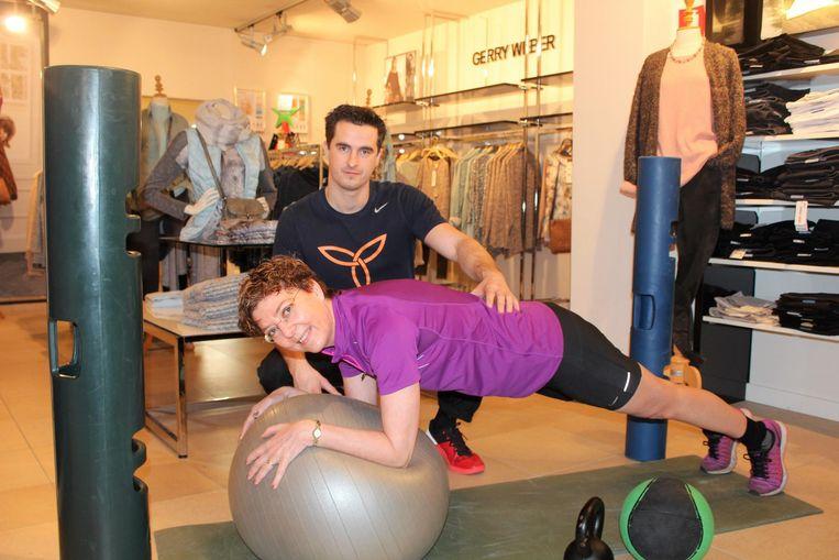 Thomas Van de Vel geeft les aan Ilse Van der Schraelen in haar kledingwinkel.