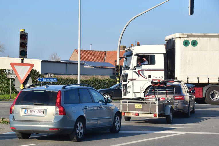 Door het banale ongeval vielen ook de verkeerslichten uit op het drukke kruispunt van de R32 met de Beversesteenweg.