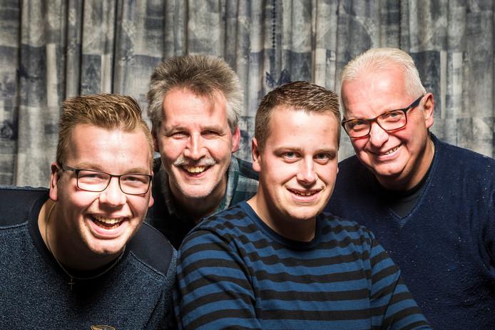 Vier van de zes cabaretiers van het Hammer Cabaret. Van links naar rechts: Nils Waijerink, Koost Hallink, Hermen Welink en diens vader Wim Welink.