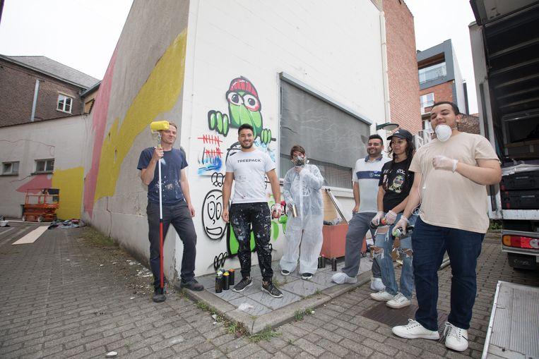 De vijf jongeren worden bijgestaan door professioneel kunstenaar Larsen Bervoets.