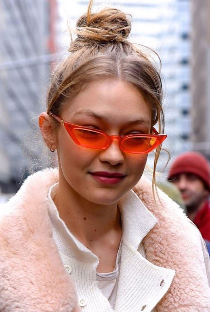 Gigi Hadid met een gekleurde zonnebril.