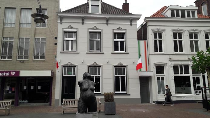 De vernieuwde gevel van Italiaans restaurant La Bocca Grande aan de Kerkstraat in Helmond.