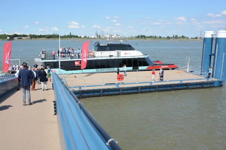 De Waterbus zal vanaf 1 juli halt houden aan de gloednieuwe steiger die gebouwd werd aan Liefkenshoek.