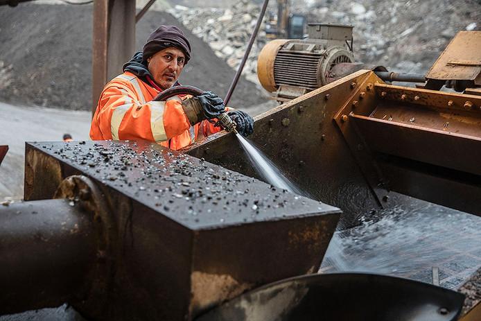 Yassar Mouna aan het werk bij Jansen Recycling in Helmond