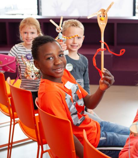 Kinderen creatief met alledaagse objecten bij Museum De Voorde