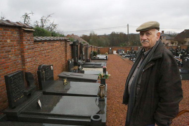 Slachtoffer Paul Everaerts bij het graf van zijn ouders, waar een bronzen beeld werd gestolen.