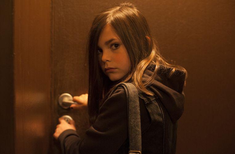 Pili Groyne als Ea, de dochter van God die stokken in vaders wielen steekt.