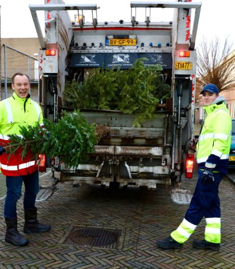 200.000 kilo aan kerstbomen opgehaald in Utrecht, wethouder Klaas Verschuure helpt een handje