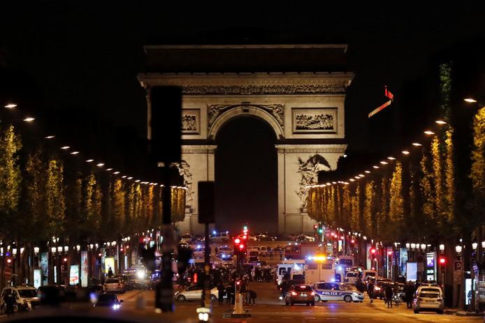 Franse politie blokkeert de Champs-Elysées na de schietpartij.