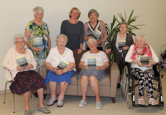 De senioren werkten met plezier mee aan een autobiografisch boek.