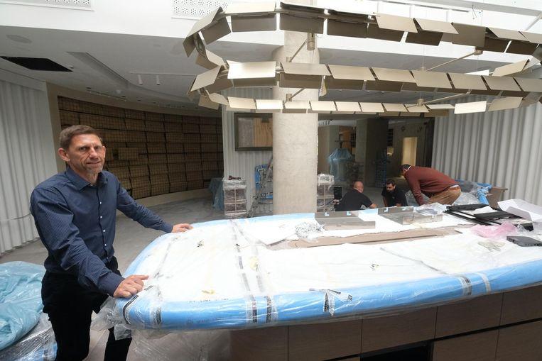 Jan Van Damme bij de winkel in opbouw.