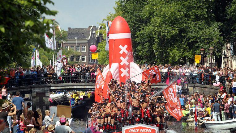 Deelnemers aan de botenparade van de Gay Pride in de binnenstad van Amsterdam. Beeld ANP