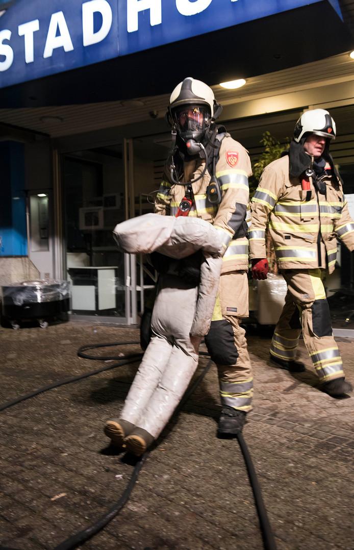 Woerden - De brandweer van Kamerik oefent in het oude stadhuis. Het 'slachtoffer' is uit het brandende pand gered