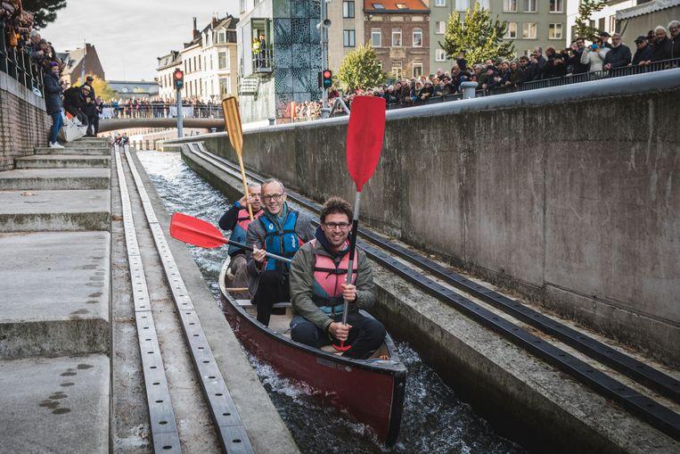 Schepen Filip Watteeuw (Groen) mocht als eerste de glijbaan proberen