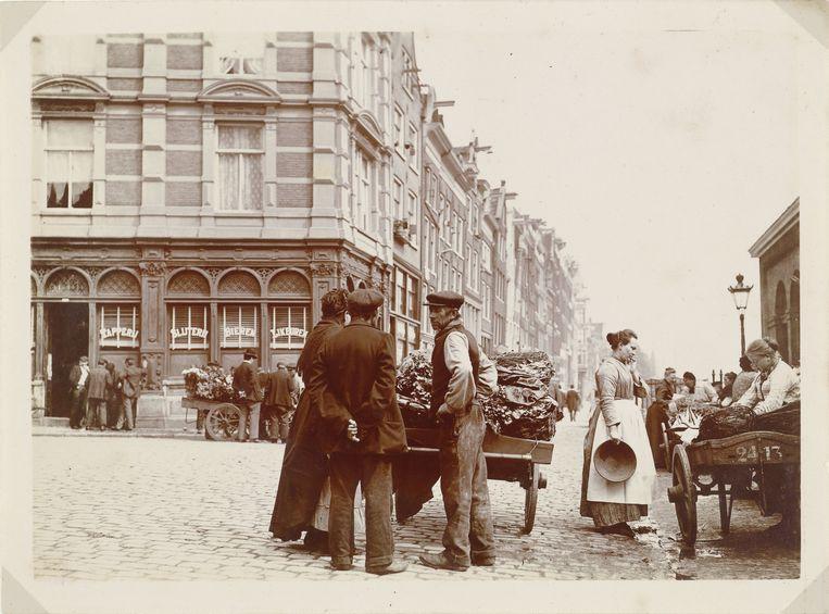 Kooplui met handkarren, hoek Nieuwmarkt/Geldersekade in Amsterdam, 1904 Beeld null